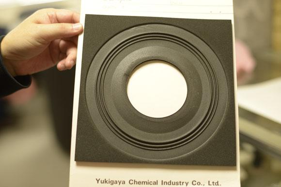 テラポリカを採用したスピーカーのパーツ。社員の閃きから生まれた製品だ